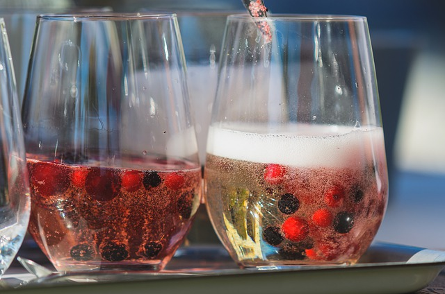 Sparkling_wine_with_fruit