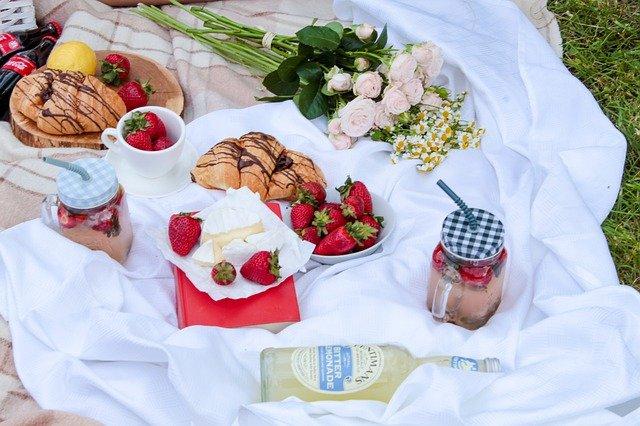 picnic-wine-croissants