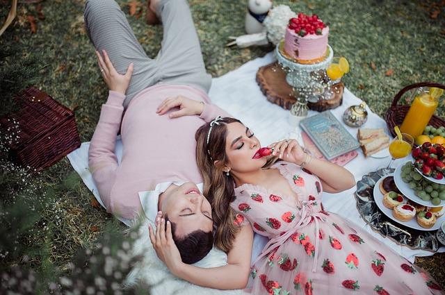 romantic-strawberry-picnic